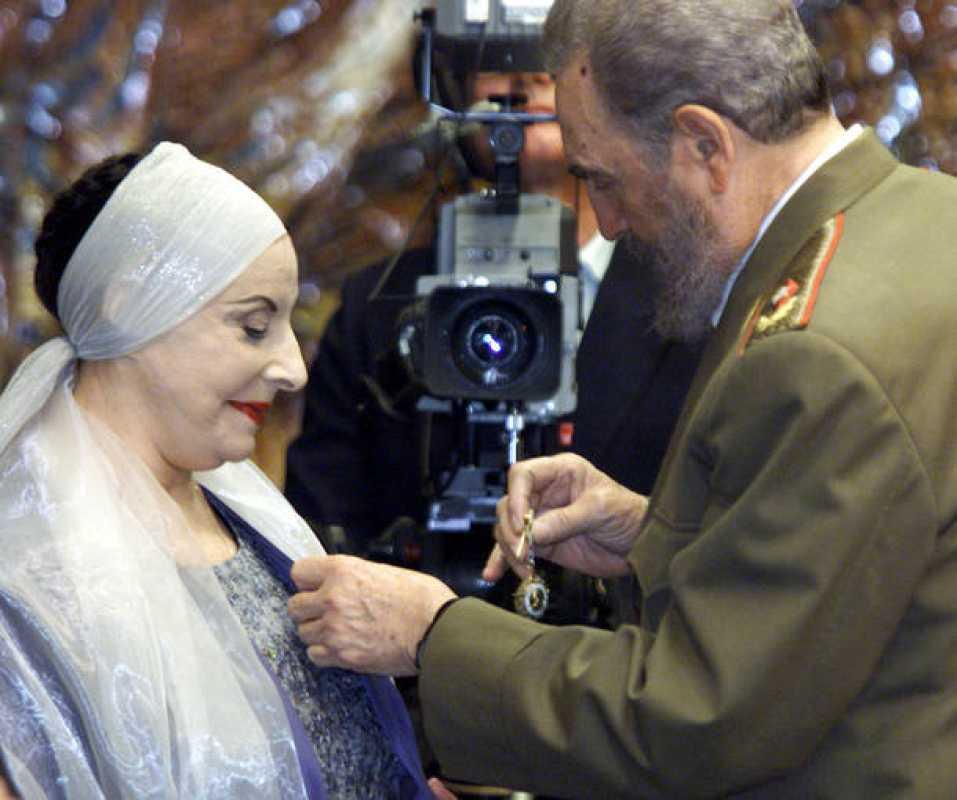 Alicia Alonso en una imagen del año 2000 cuando fue reconocida por el entonces presidente cubano Fidel Castro.