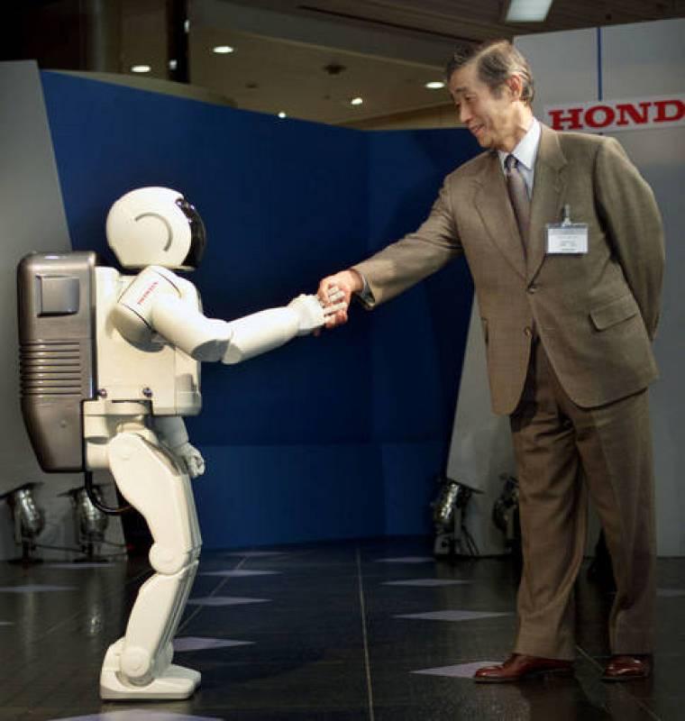 ASIMO estrechaba la mano del presidente de Honda durante su presentación en el año 2000 en Tokio