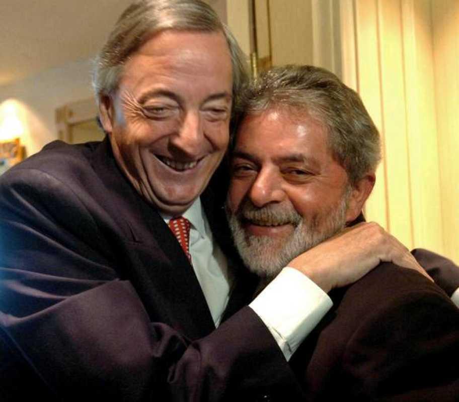 Néstor Kirchner y Lula da Silva se abrazan durante una reunión (30/10/2005) cuando los dos dirigían a Argentina y Brasil, respectivamente
