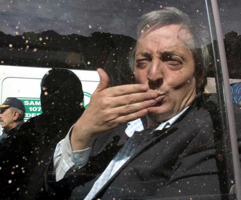 Néstor Kirchner saludando a los medios de comunicación tras sufrir un aterrizaje de emergencia el 1 de agosto de 2003