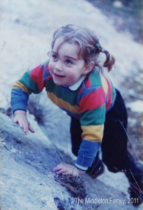Kate, con apenas tres años y medio, trata de escalar una roca en Lake District, en el noroeste de Inglaterra.