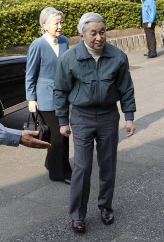 El emperador Akihito y la Emperatriz Michiko visitan a los evacuados del terremoto y del tsunami del 11 de marzo de 2011