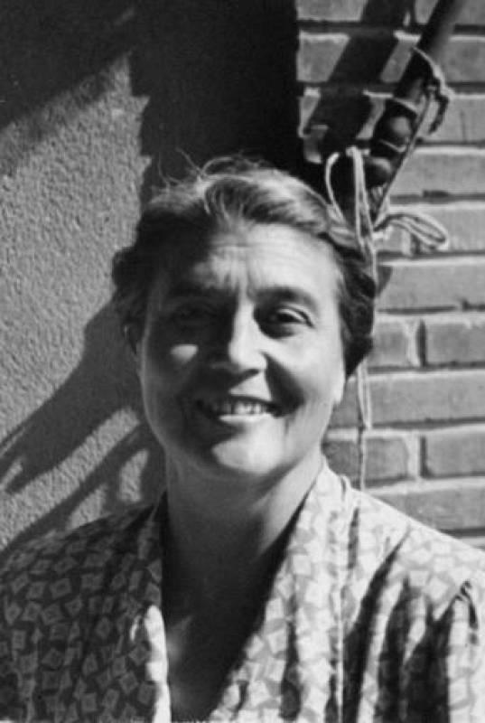 Una sonriente María Moliner en los años siguientes a la Guerra Civil, en Valencia
