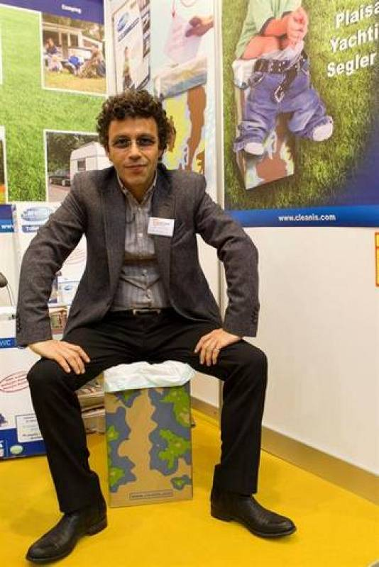 "El inventor francés Laurent Helewa presenta su invento, el ""The Carebag Toilet Kit"", un water reusable"