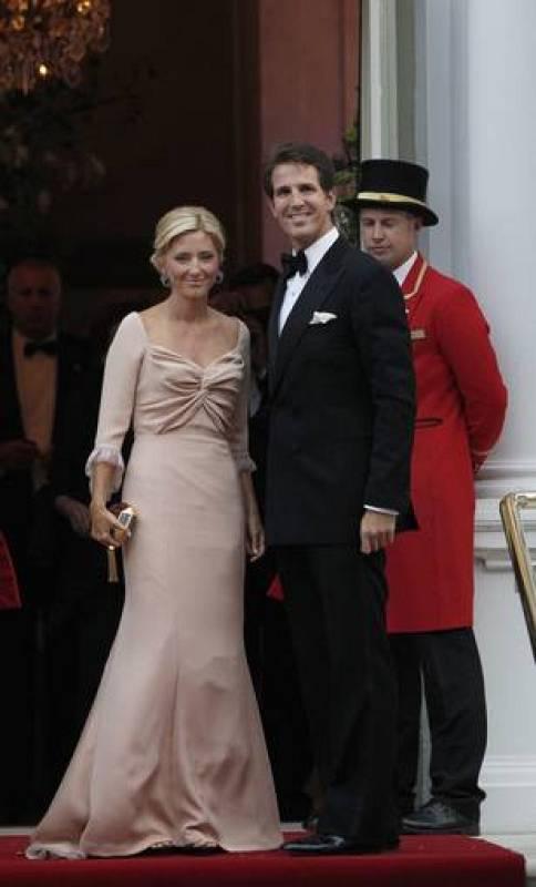 El príncipe de Grecia, Pavlos ,y su mujer, Marie-Chantal Miller, vestidos de gala para la cena