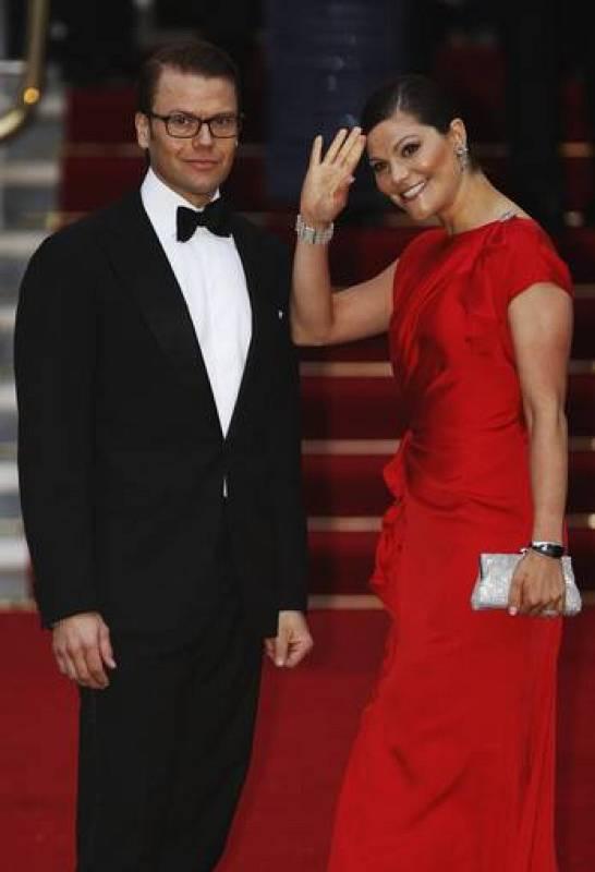 La princesa Victoria de Suecia y su marido, el duque de Vastergotland, llegan a la cena real