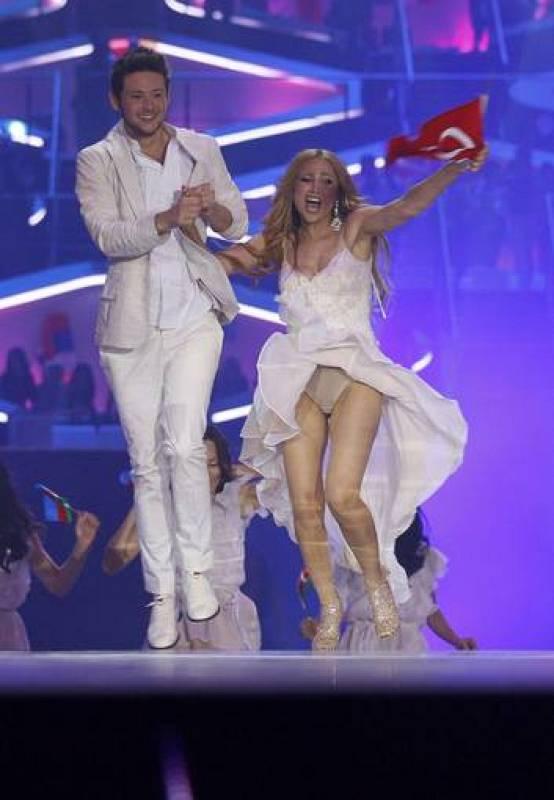 Los representantes de Azerbaiyán saltan al escenario a celebrar el triunfo