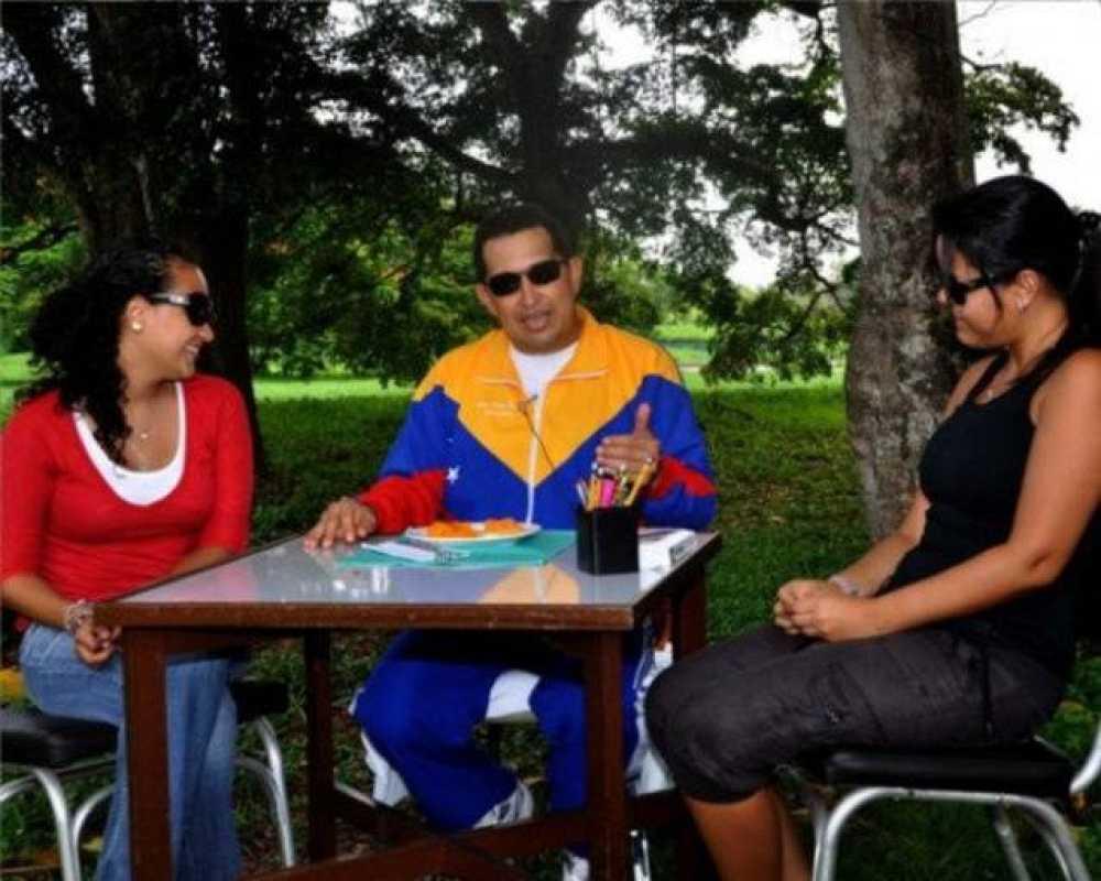 Chávez charla con sus hijas en el vídeo que ha sido difundido por la televisión venezolana