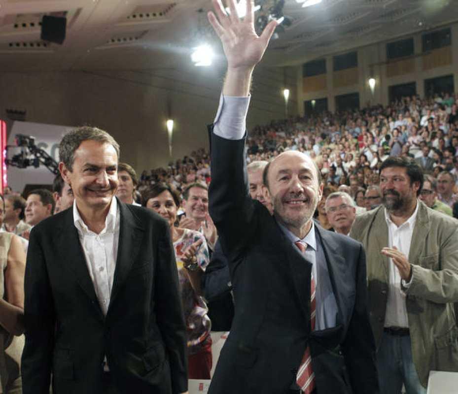 El presidente del Gobierno, José Luis Rodríguez Zapatero, junto al candidato del PSOE, Alfredo Pérez Rubalcaba.