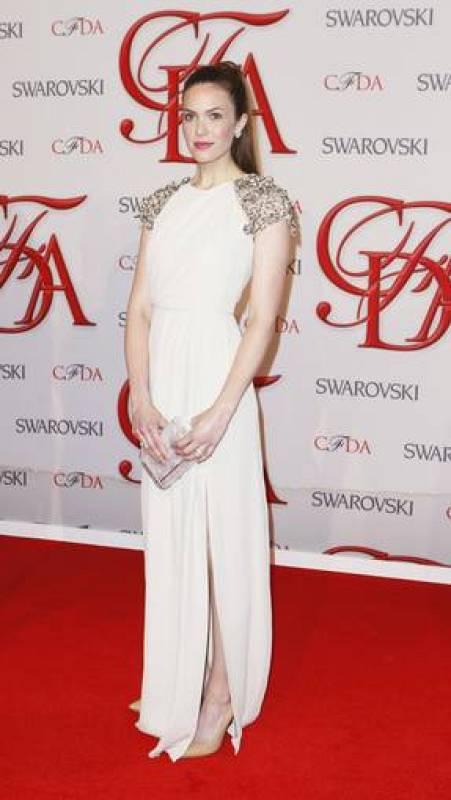 La actriz Mandy Moore, a su llegada a los premios CFDA 2012. La intérprete lució un elegante diseño de Lela Rose.