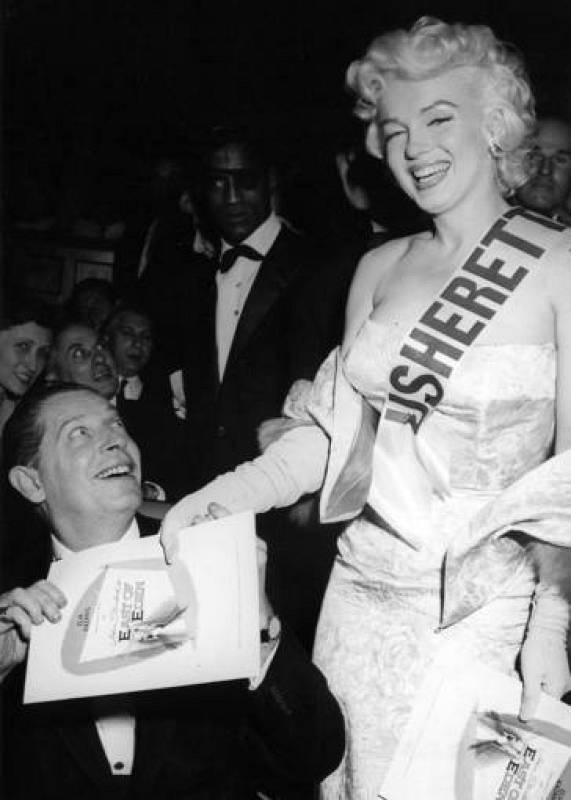 Marilyn Monroe con Milton Berle trabajando como acomodadora de celebridades en el estreno mundial de 1955 de 'Al este del Edén' en Nueva York.