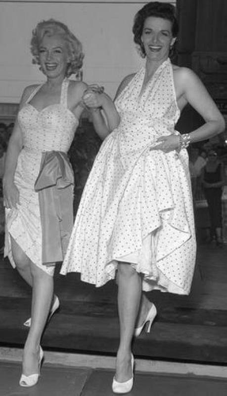Marilyn Monroe y Jane Russell en el Teatro Chino de Los Ángeles, California, en 1953.