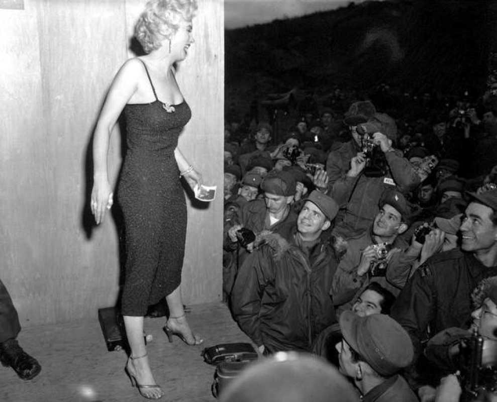 Marilyn Monroe en un programa de campamento de la USO.