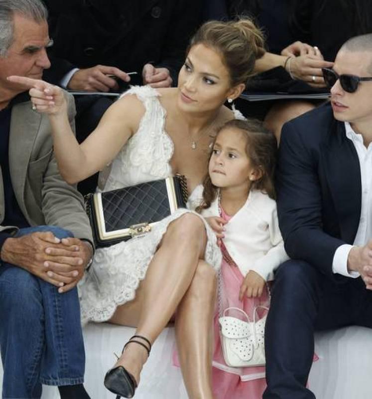 Jennifer López y su hija Emme, en la presentación de la colección primavera-verano 2013 de la firma Chanel en París.
