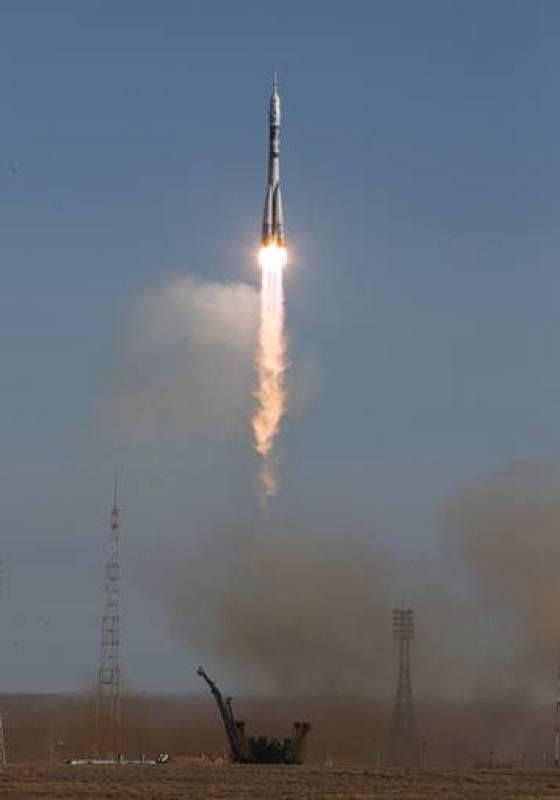 Vista del cohete Soyuz tras ser lanzado desde el cosmódromo de Baikonur (Kazajistán).