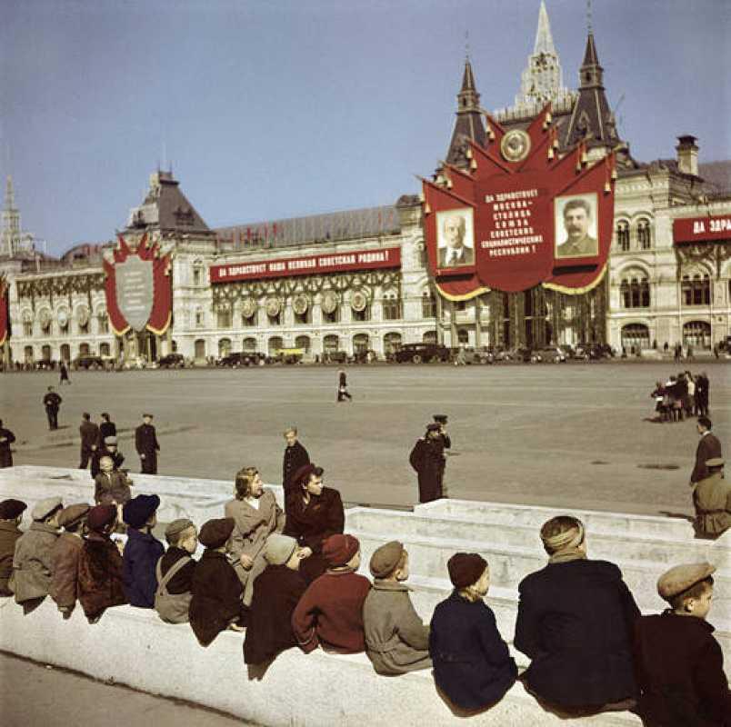 Visitantes a la espera de la tumba de Lenin en la Plaza Roja de Moscú, 1947, por Robert Capa / Magnum