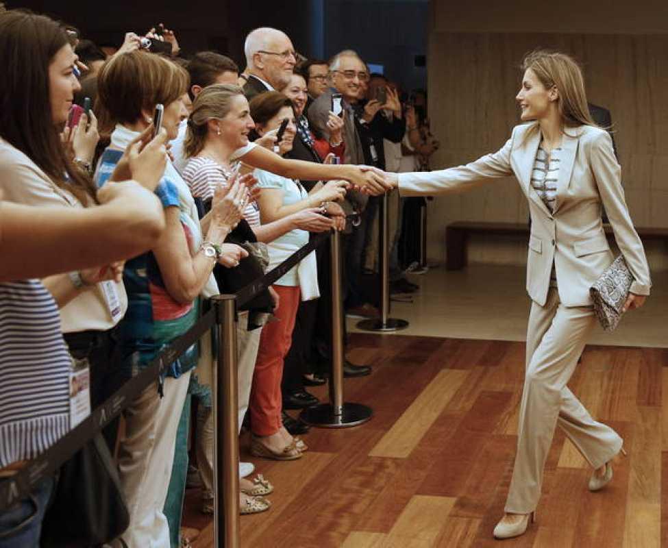 """La Princesa de Asturias saluda a los asistentes a la inauguración de la exposición """"El último viaje de la fragata Nuestra Señora de las Mercedes"""""""