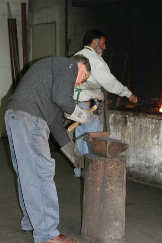 Martín Chirino, durante el trabajo en una de sus esculturas de hierro forjado