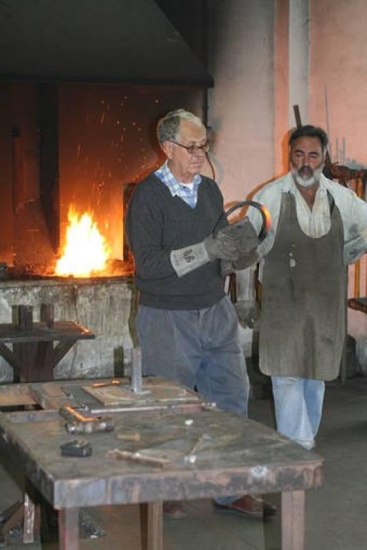 Martín Chirino, en la forja del taller, junto a Rafael Monagas