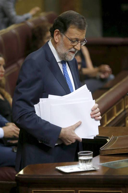 El presidente del Gobierno en funciones, Mariano Rajoy, se dispone a abandonar el estrado tras pronunciar su discurso de investidura, esta tarde en el Congreso de los Diputados.
