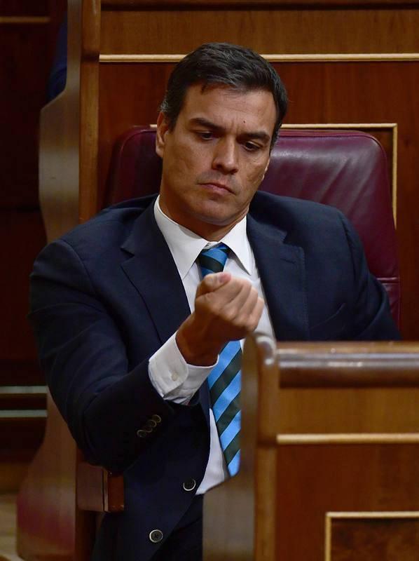 Pedro Sánchez se mira las uñas durante la primera jornada del debate de investidura