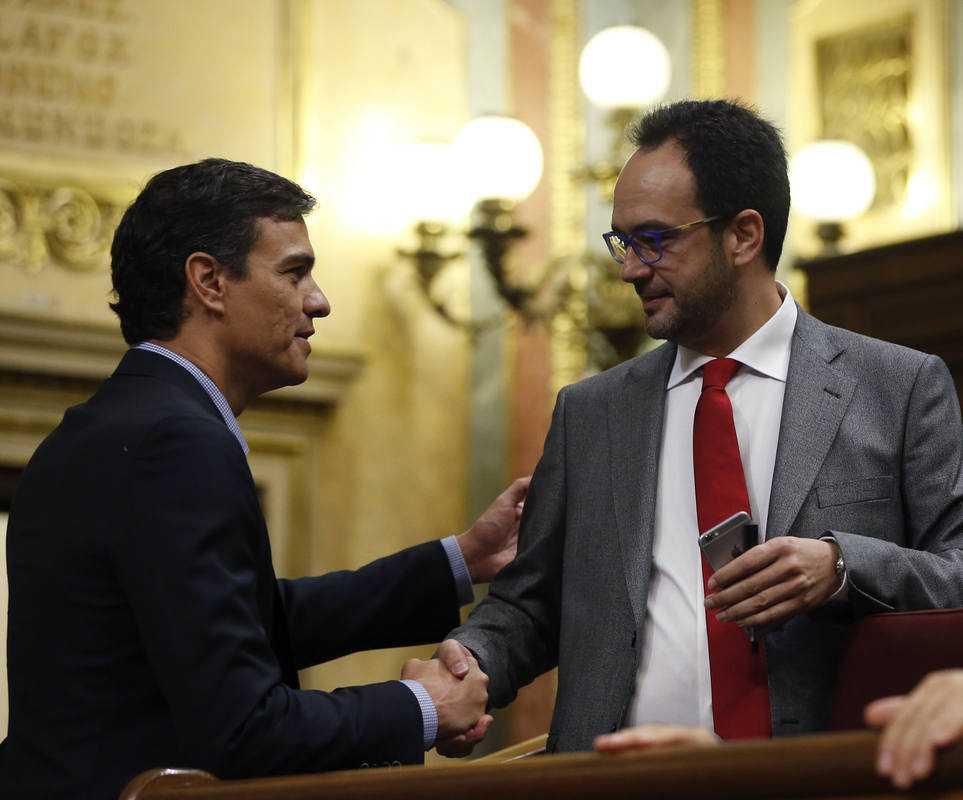 El exsecretario general del PSOE, Pedro Sánchez (i), saluda al portavoz del partido en el Congreso, Antonio Hernando, a su llegada al hemiciclo.