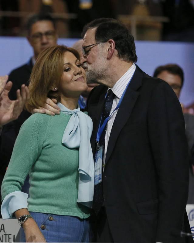 Mariano Rajoy besa con afecto a María Dolores de Cospedal