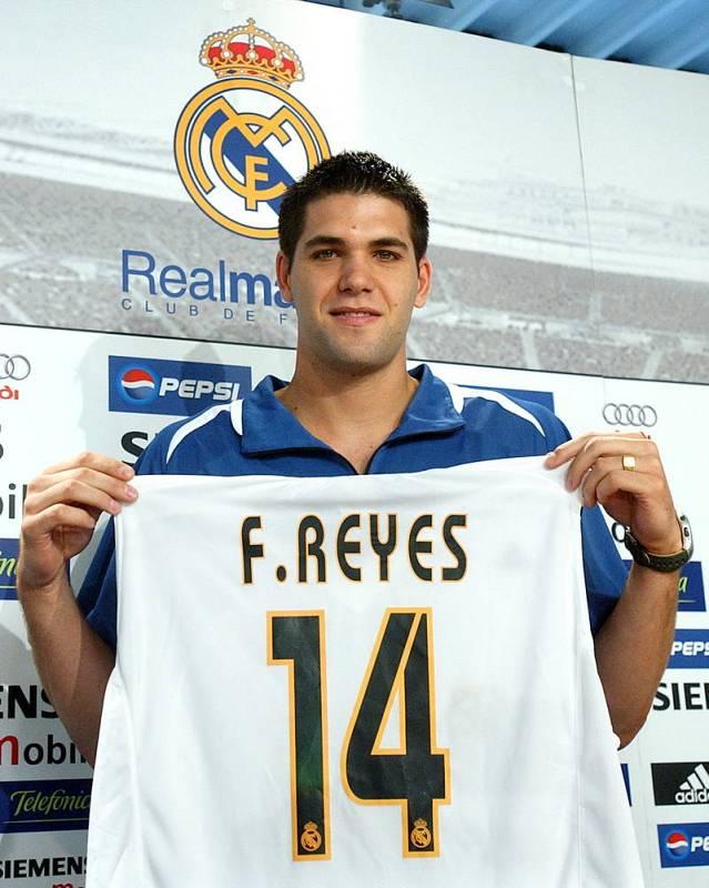 Felipe Reyes muestra la camiseta con su nombre impreso durante su presentación como nuevo jugador del Real Madrid en agosto de 2004