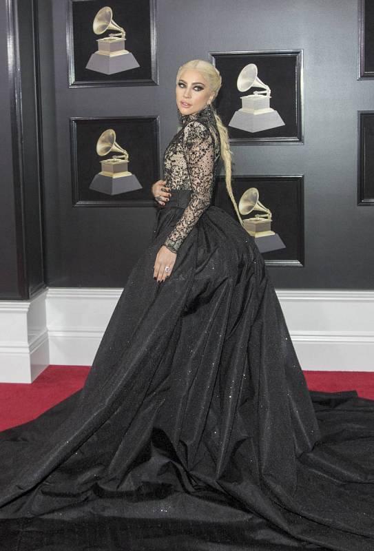 La cantante estadounidense Lady Gaga posa a su llegada a la gala de entrega de los Grammy