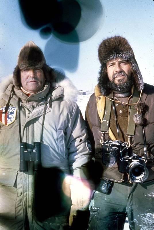 Félix Rodríguez de la Fuente posa junto al fotógrafo Teodoro Roa en la que fue la última foto con vida de ambos.