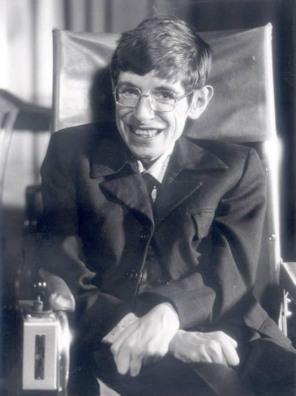 """Hawking escribió """"Breve historia del tiempo"""", que arrasó en ventas a nivel internacional, y le convirtió en una de las mayores celebridades del mundo científico desde Albert Einstein."""