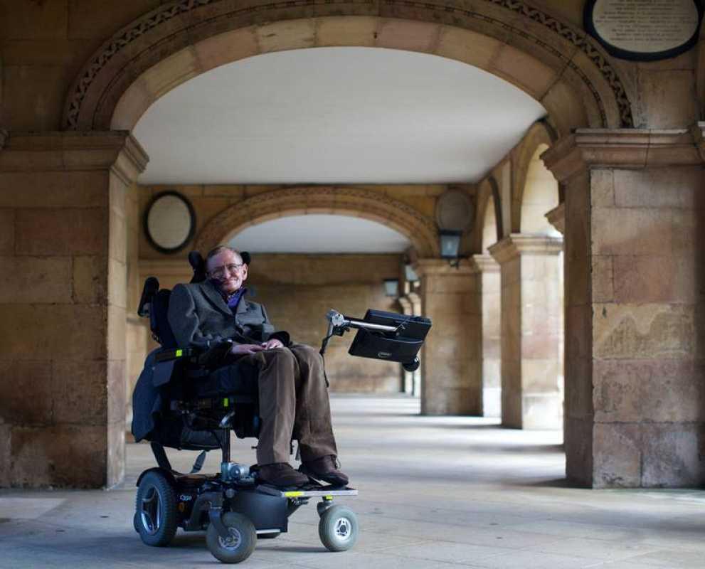 A pesar de sus problemas de salud, que comenzaron a agravarse cuando tenía 21 años, Hawking ha vivido durante más de medio siglo con una patología que muchas veces precipita una muerte prematura.