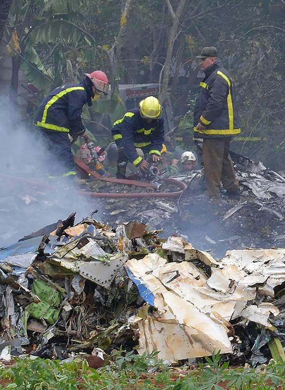 Los bomberos trabajan en el lugar del siniestro