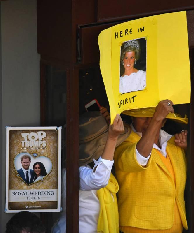 Dos personas sostienen una pancarta en la que recuerdan a la princesa Diana, fallecida hace 21 años