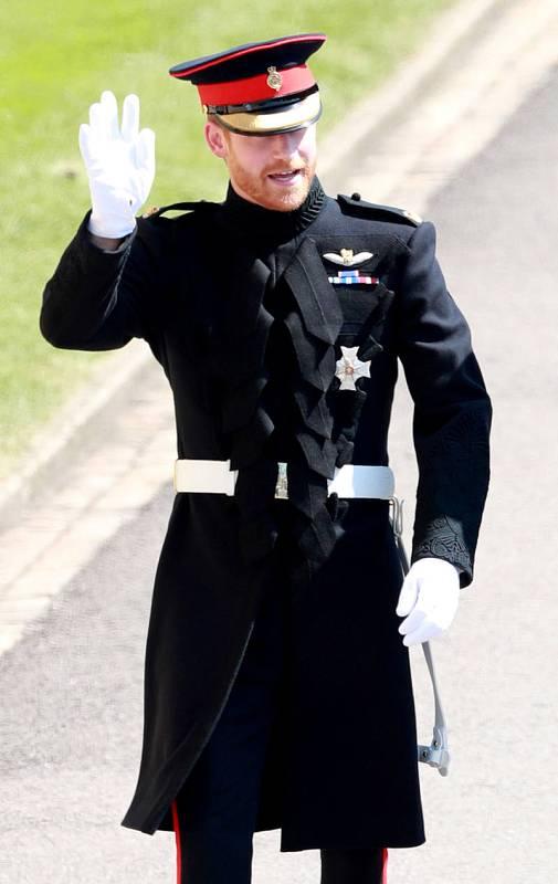 El príncipe Enrique saluda a su llegada al Castillo de Windsor