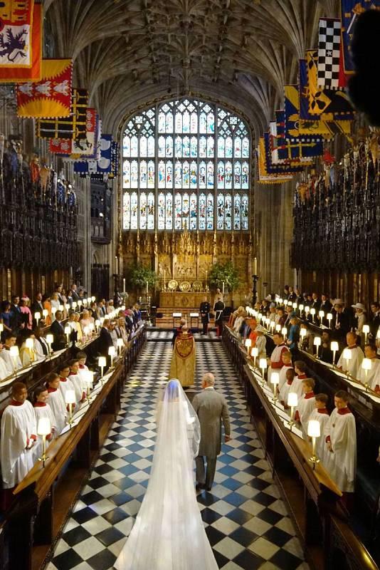 El príncipe Carlos lleva a Meghan Markle al altar de la Capilla de San Jorge