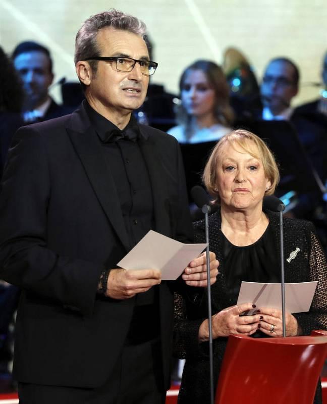 Yvonne Blake, junto al vicepresidente primero, Mariano Barroso, durante su discurso en la gala de entrega de la XXXI edición de los Premios Goya.