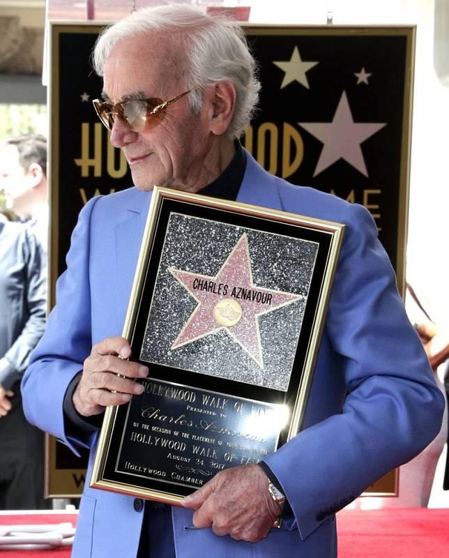 El artista franco-armenio Charles Aznavour posa con su estrella en el Paseo de la Fama de Hollywood