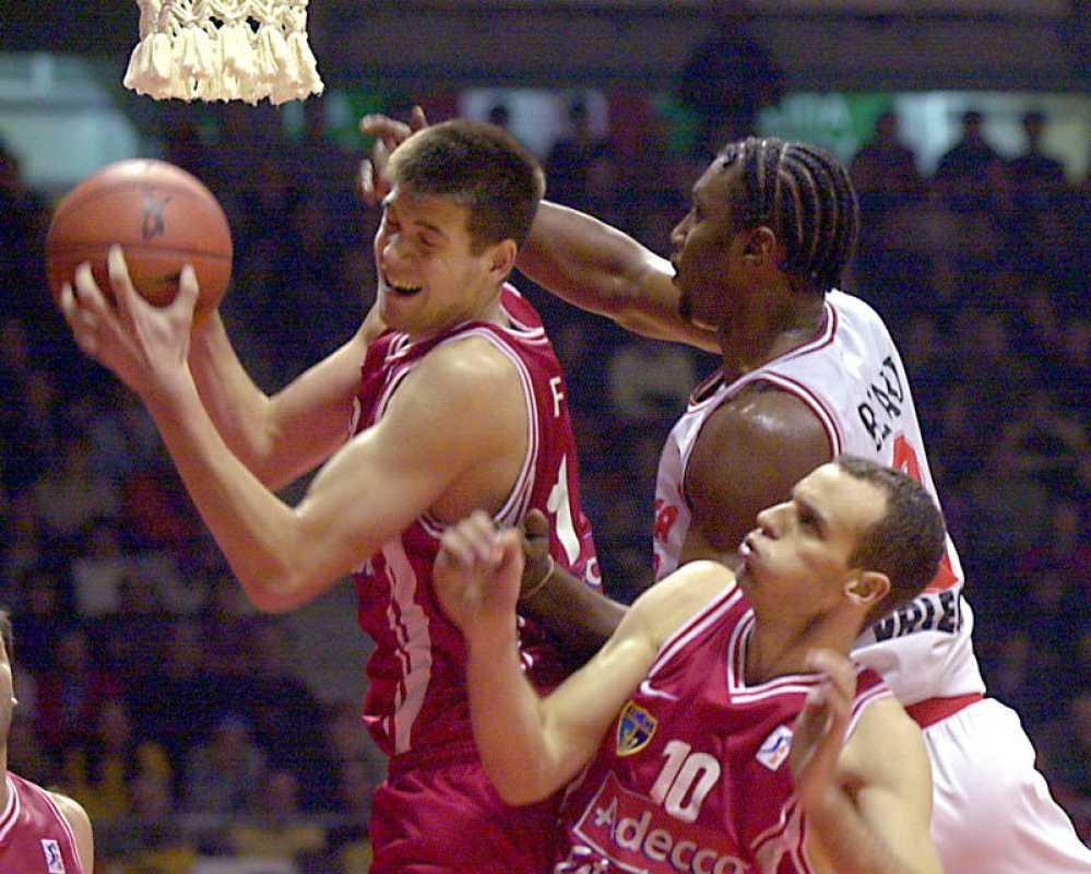 Felipe Reyes (i), del Estudiantes, se disputa un rebote con Tanoka Beard (d), del Pamesa de Valencia, en presencia del estudiantil Carlos Jiménez (c), durante la final de la Copa del Rey de baloncesto de 2000 disputada en Vitoria