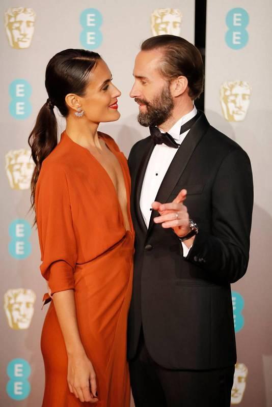 El actor Joseph Fiennes posa junto a su mujer, la actriz Maria Dolores Dieguez