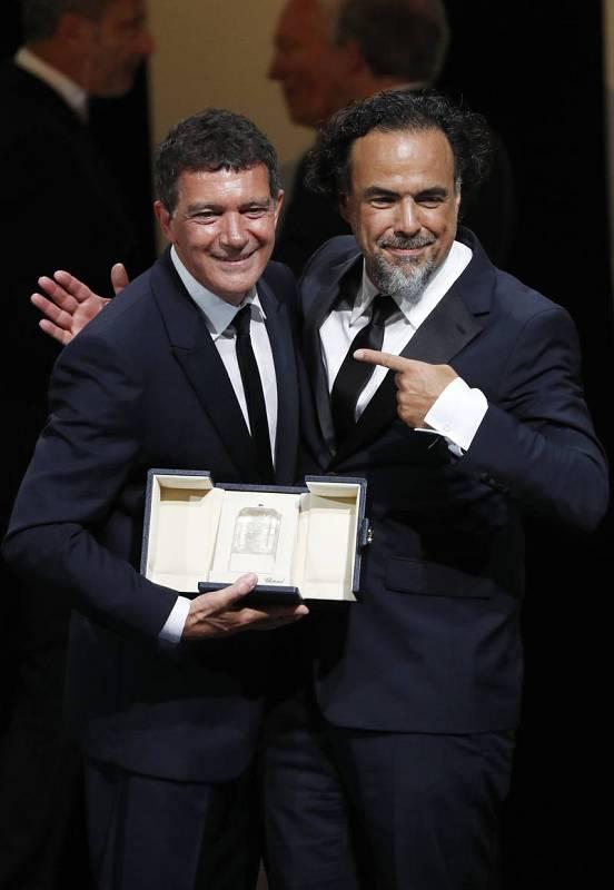 Antonio Banderas, premio al mejor actor, con el presidente del jurado Alejandro Gonzalez Iñárritu.