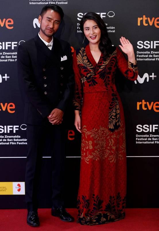 Los actores Dekyd y Sonam Nyima posan en la alfombra roja del Festival de Cine de San Sebastián, donde presentan su película 'La mu yu ga bei', que compite en la sección oficial del certamen