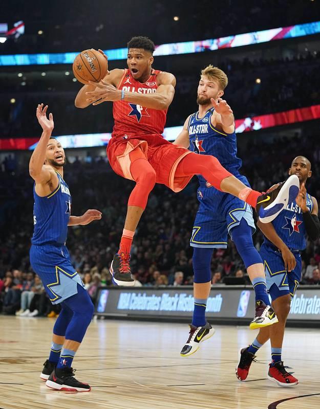 Giannis Antetokounmpo mantiene lejos el balón de Domantas Sabonis, del Equipo LeBron y de los Indiana Pacers, durante el tercer cuarto.