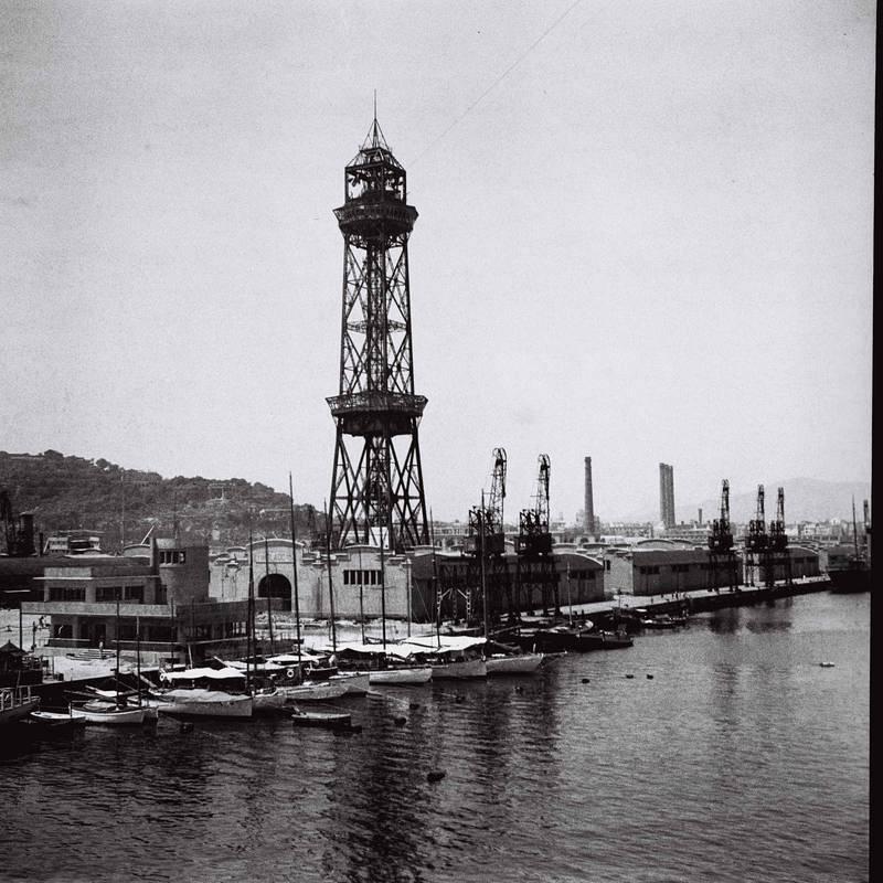 Imagen de varias embarcaciones con la Torre Jaume I del Teleférico de Barcelona al fondo