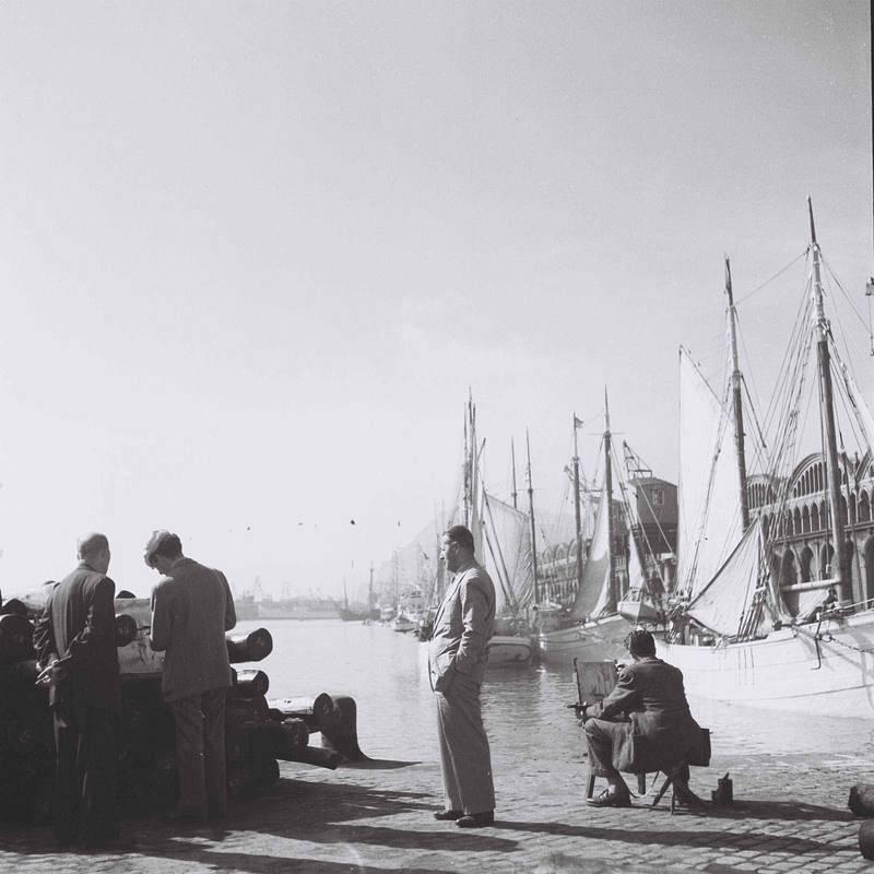 Varios pintores exhiben sus obras en el puerto de Barcelona.