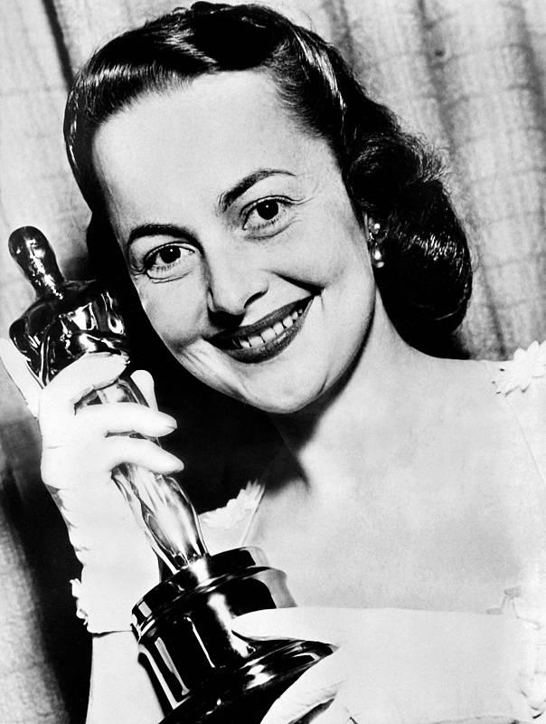 La actriz posa con el Oscar logrado por su papel protagonista en la película 'La heredera'.