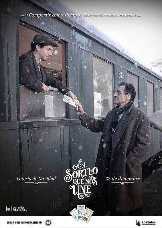 Un padre se despide de su hijo en una estación de tren y antes de partir le da un décimo de Lotería.