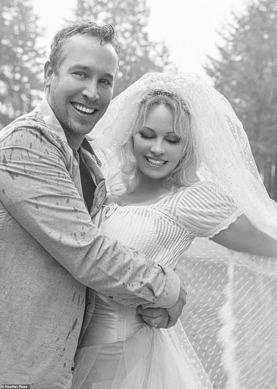 Pamela Anderson posa recién casada en blanco y negro con Dan Hayhurst