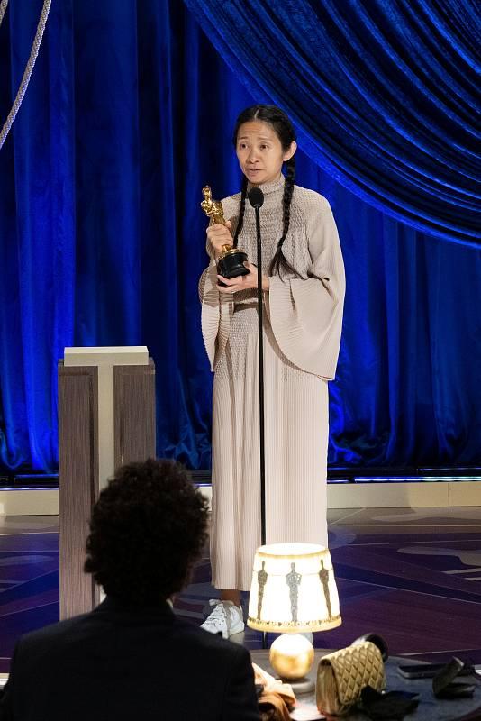 Chloé Zhao ha ganado dos estatuillas esta noche. El de mejor dirección y el de mejor película por 'Nomadland'