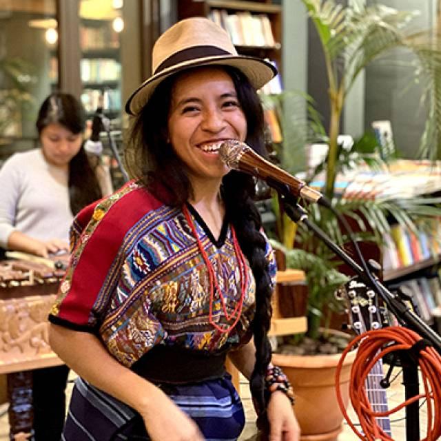 Sara Curruchich, cantautora guatemalteca kaqchikel